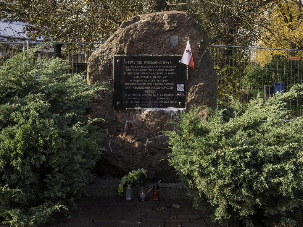 """Der Stein zum Andenken an das """"Miotła"""" Bataillon"""